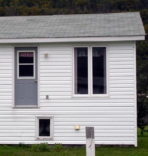 Newfoundland house with door and no stairs